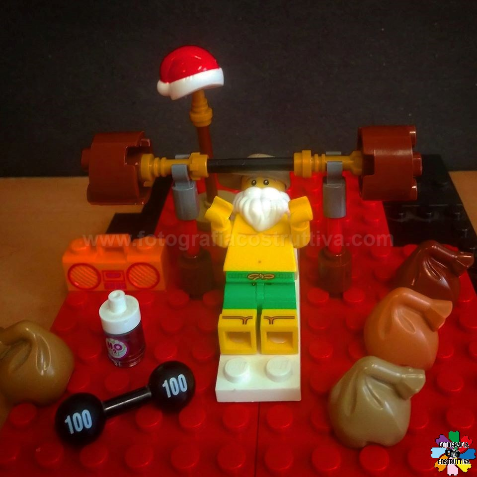 03-12-2019 Luiggi Rossetti 55 Santa si allena con i pesi per sollevare tutti i regali